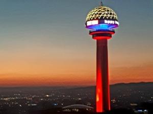 Turquía resalta nuestro tricolor patrio en torre Atakule de Ankara