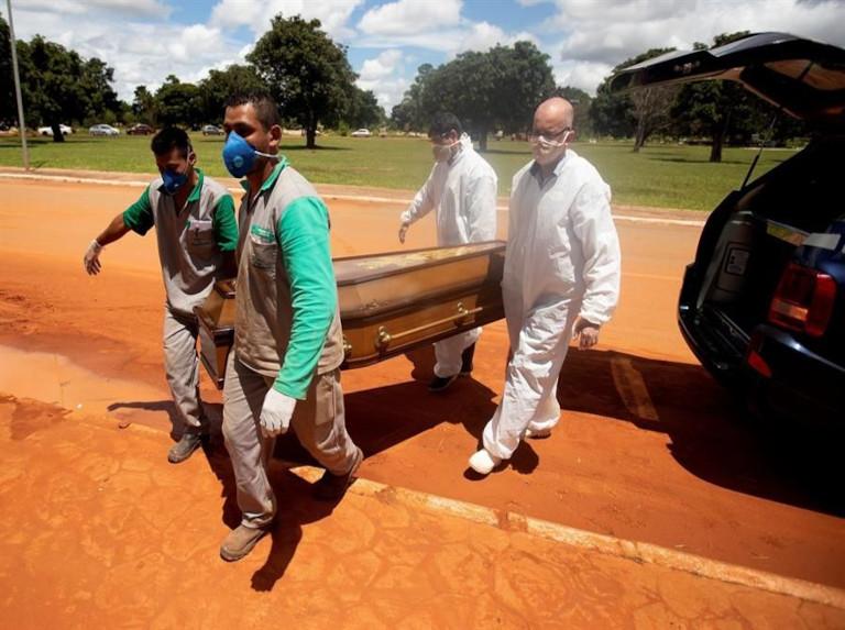 Brasil supera los 2.000 muertos en un día ante indolencia de Bolsonaro