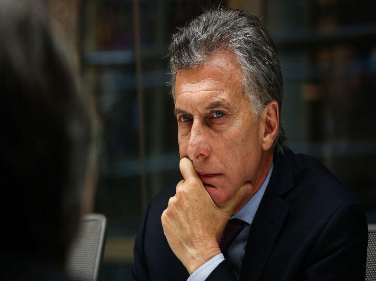 Argentinos no ahorran burlas ante publicación de libro de Macri
