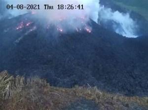 Evacúan a miles por erupción de volcán en San Vicente y Granadinas