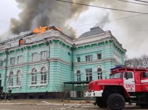 Cirujanos rusos operan a corazón abierto en medio de un incendio