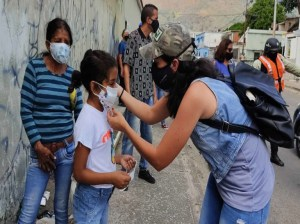 They distribute alcohol and masks in Naguanagua