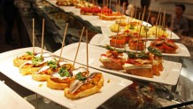 Pinchos dispuestos en la barra de un bar.