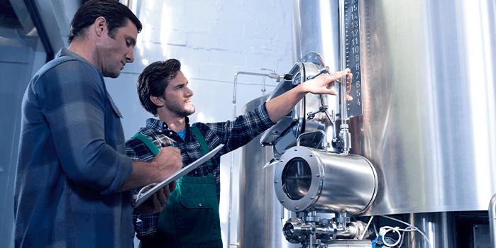 Profissionais atuam em cervejaria com automação