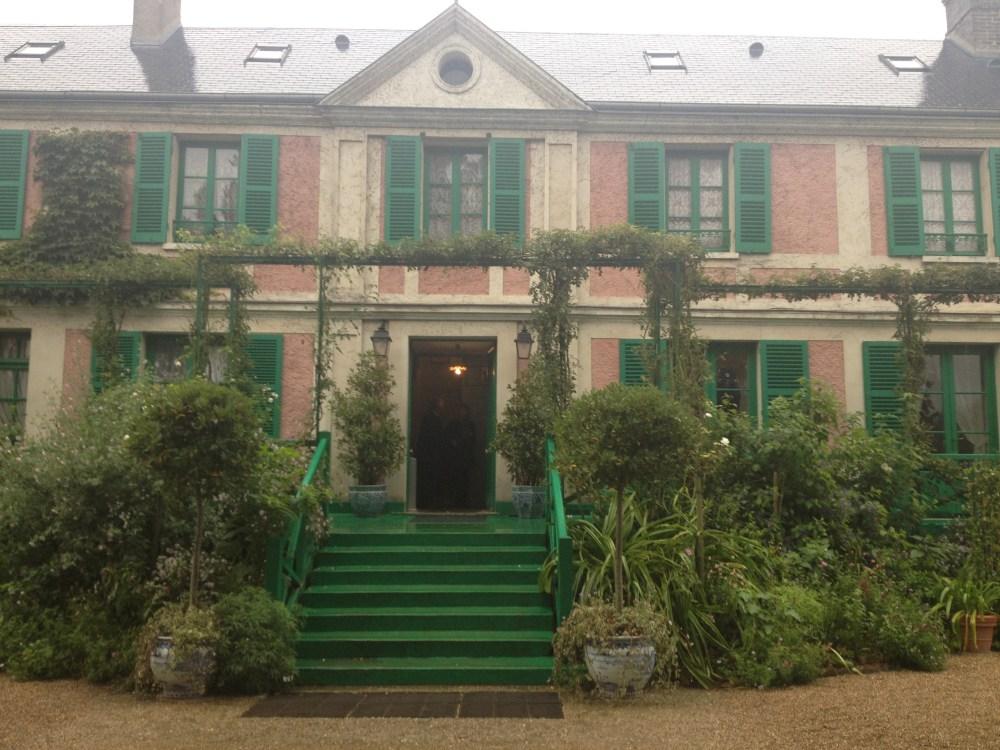 A casa de Monet naquele dia chuvoso: linda de qualquer jeito.