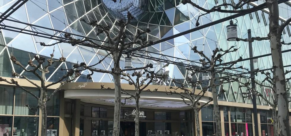 My Zeil, galeria ultramoderna situada na principal rua de compras da cidade. Só a arquitetura dela já vale o passeio.