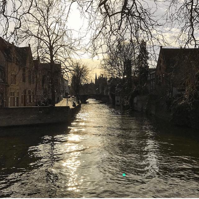 O sol se pondo em Bruges