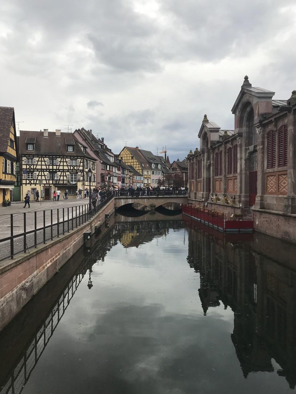 Marché Couvert de Colmar e a vista da varanda para o canal
