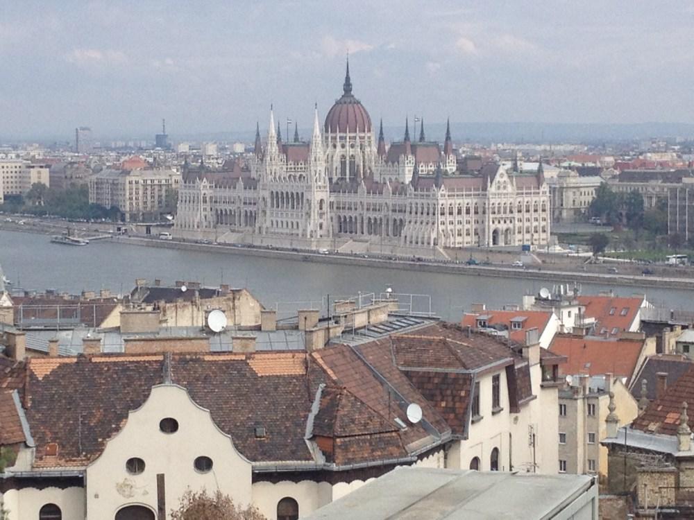 Difícil parar de olhar para o Parlamento quando se está do lado oposto, no Castelo
