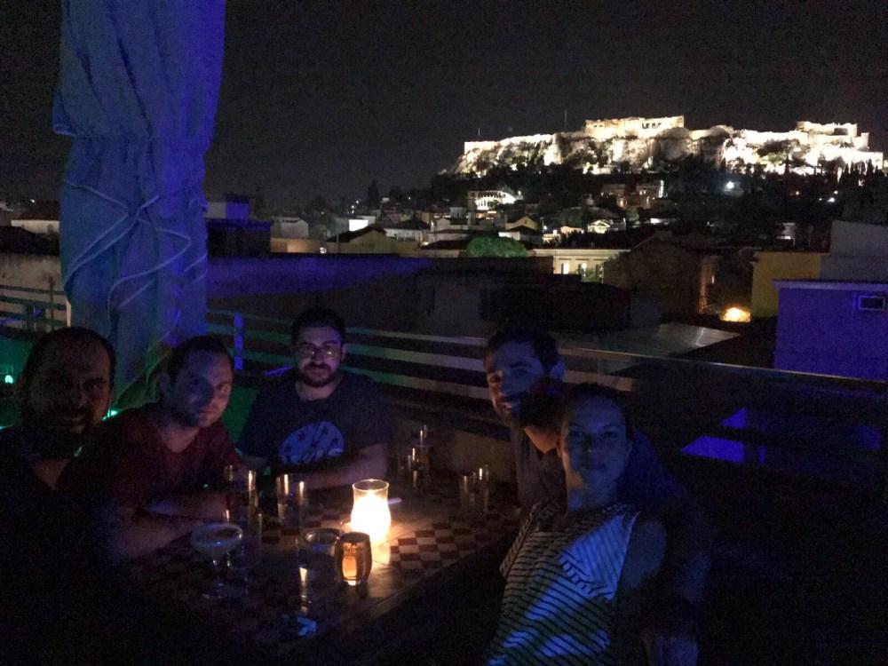 Entre amigos, à luz da Acrópolis, no rooftop Couleur Locale