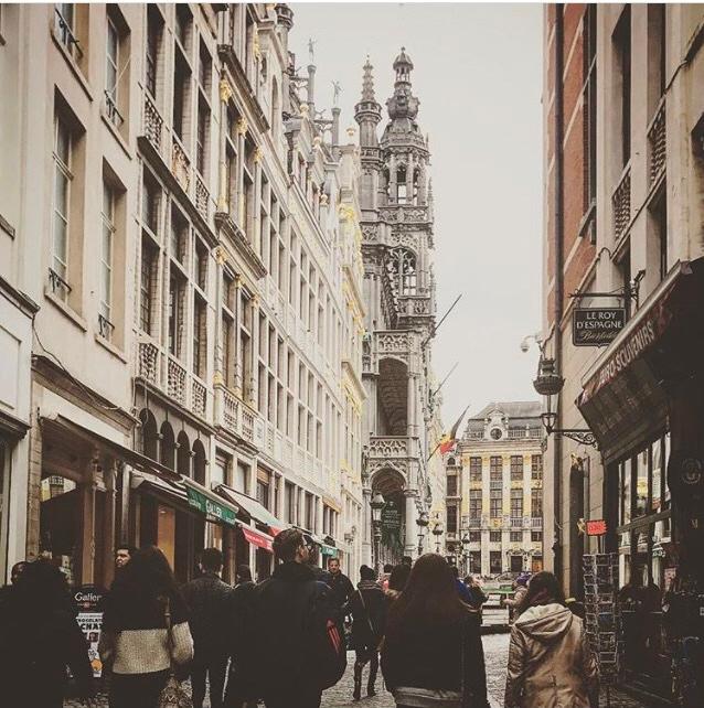 Uma das ruas que dá acesso à Grote Makt de Bruxelas