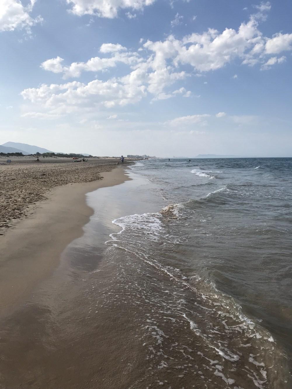 A praia tranquila e vazia