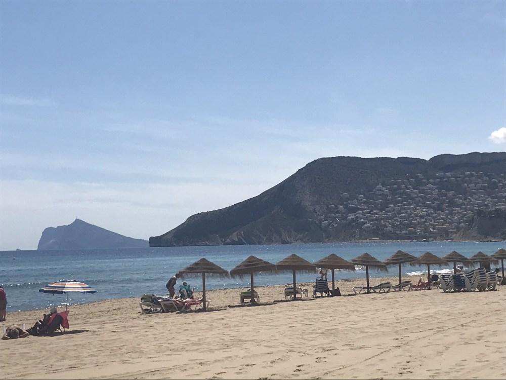 A praia em Calpe estava tranquila e o mar bem azul naquele maio