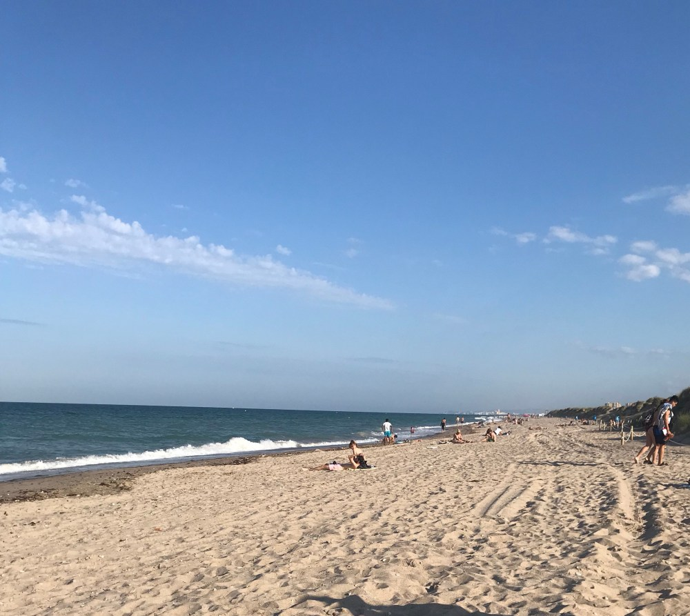El Saler é comprida com areia clara e muito tranquila
