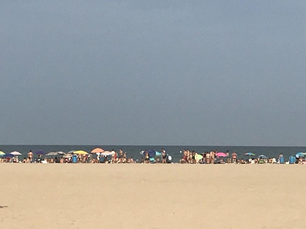 A praia de Malvarrosa vista do calçadão