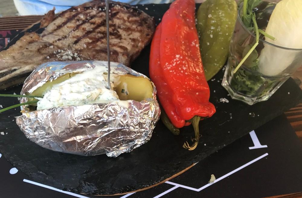 """Pratos de carne bem servidos nas """"bordas"""""""