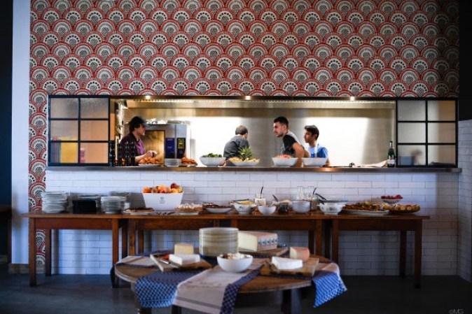 O brunch do NoMad Café é disposto entre sete mesas, distribuídas pelo restaurante de acordo com o tipo de alimento Foto: NoMad/Divulgação