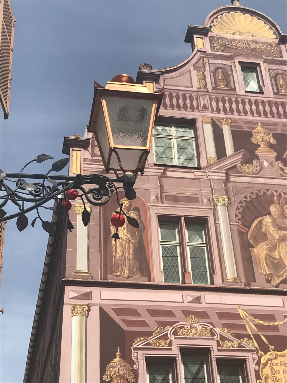 A fachada de muitas construções do centro foi pintada para a reconstrução do pós-Guerra