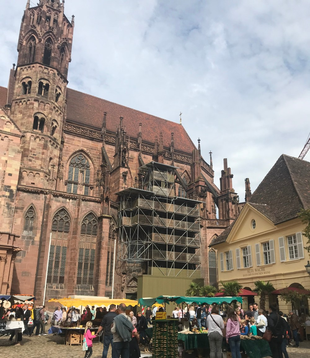 A catedral de Fribourg, em reforma, e a sua feira de final de semana