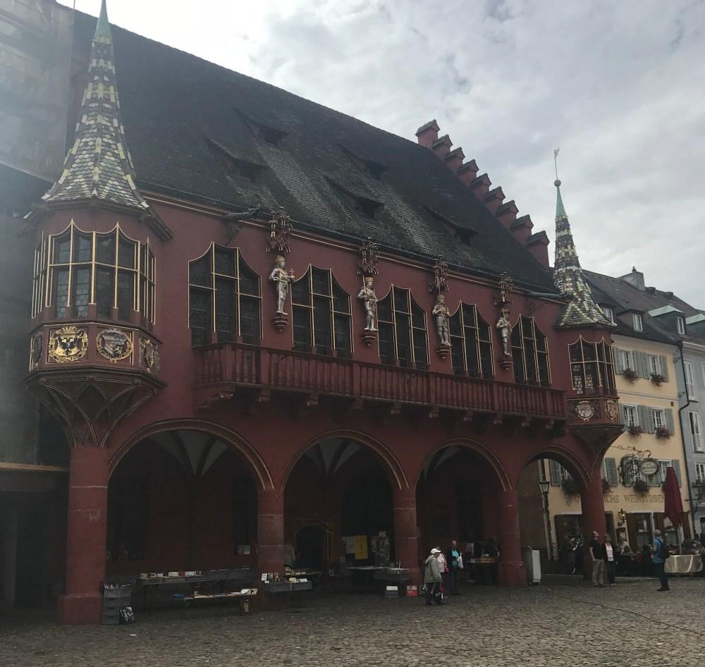 A beleza dos adorno dos prédios de Friburg