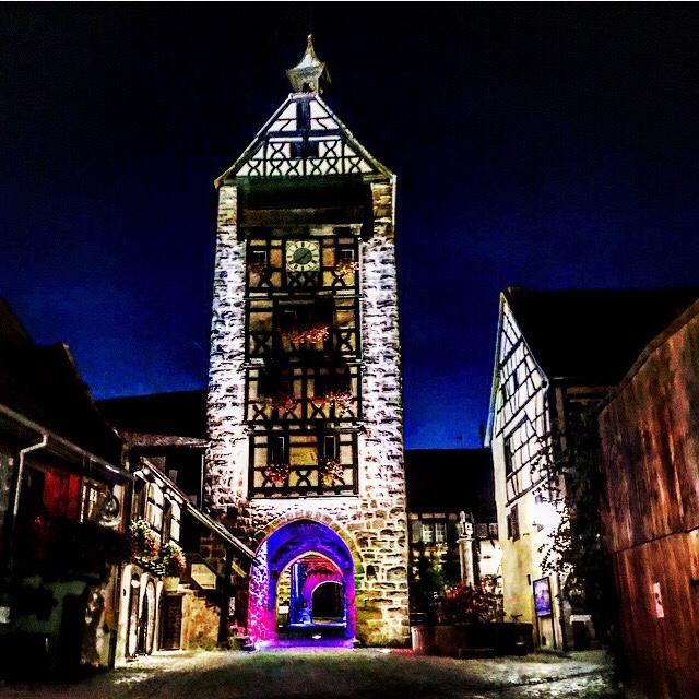 Riquewihr iluminada na noite em que jantamos no Au Trotthus