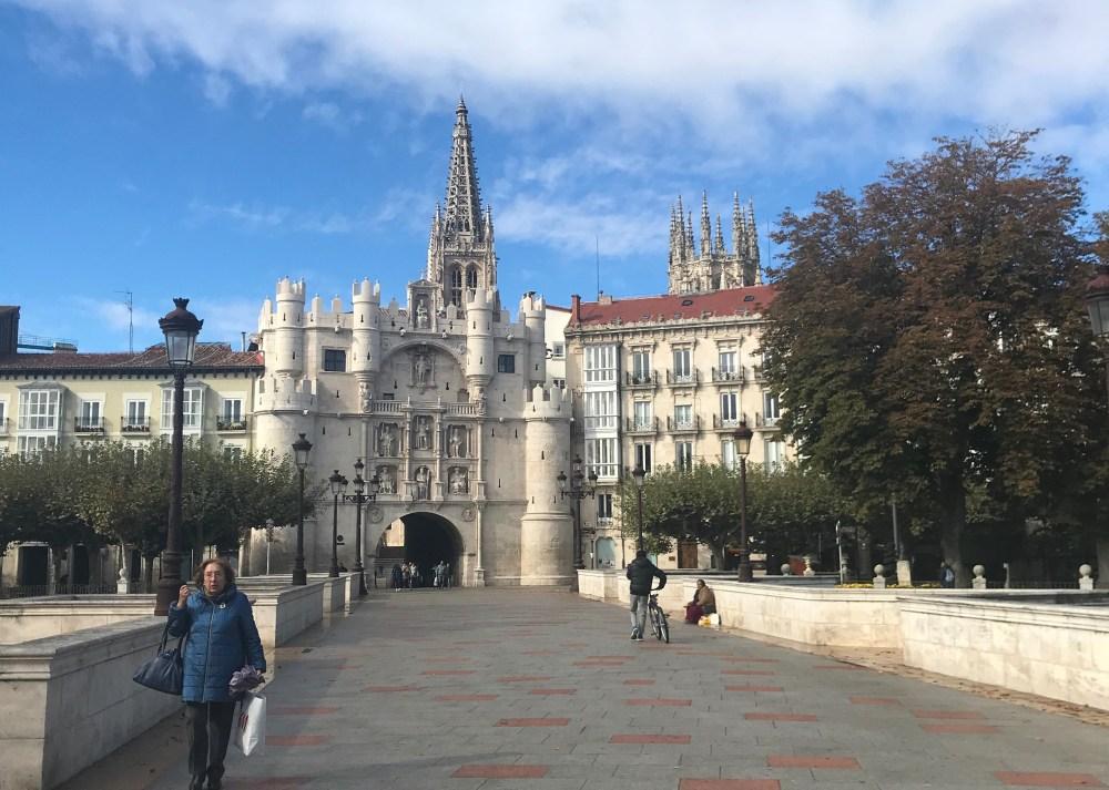 A beleza do conjunto arco e catedral de Burgos