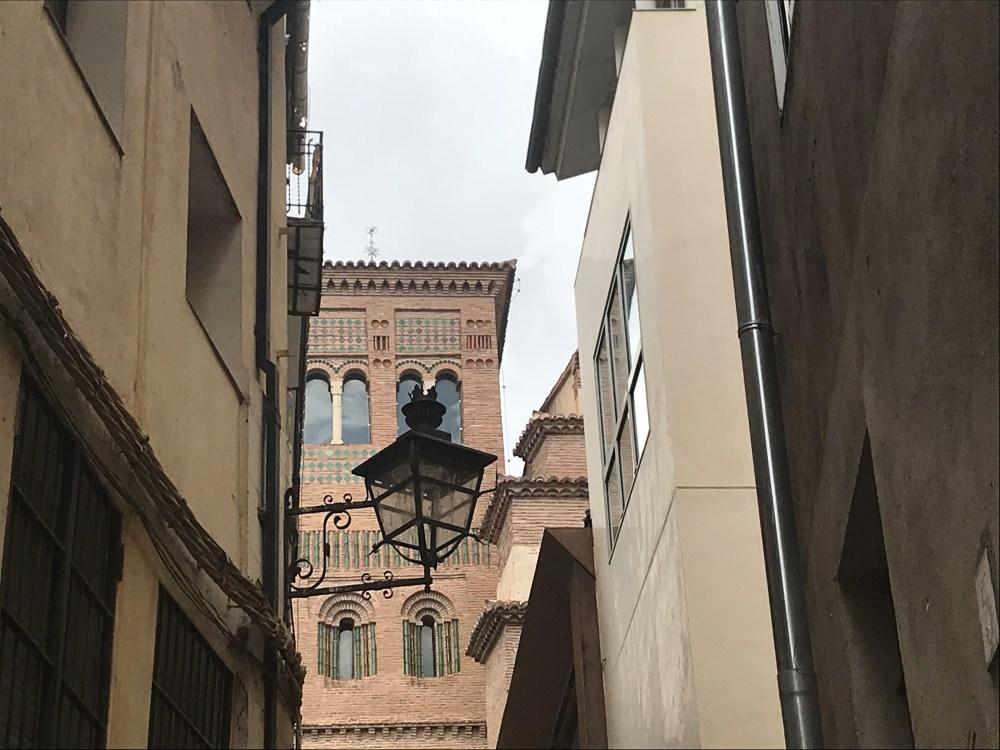 Detalhes de Teruel com uma das torres ao fundo