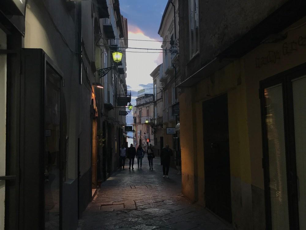 As ruas de Tropea no cair da noite