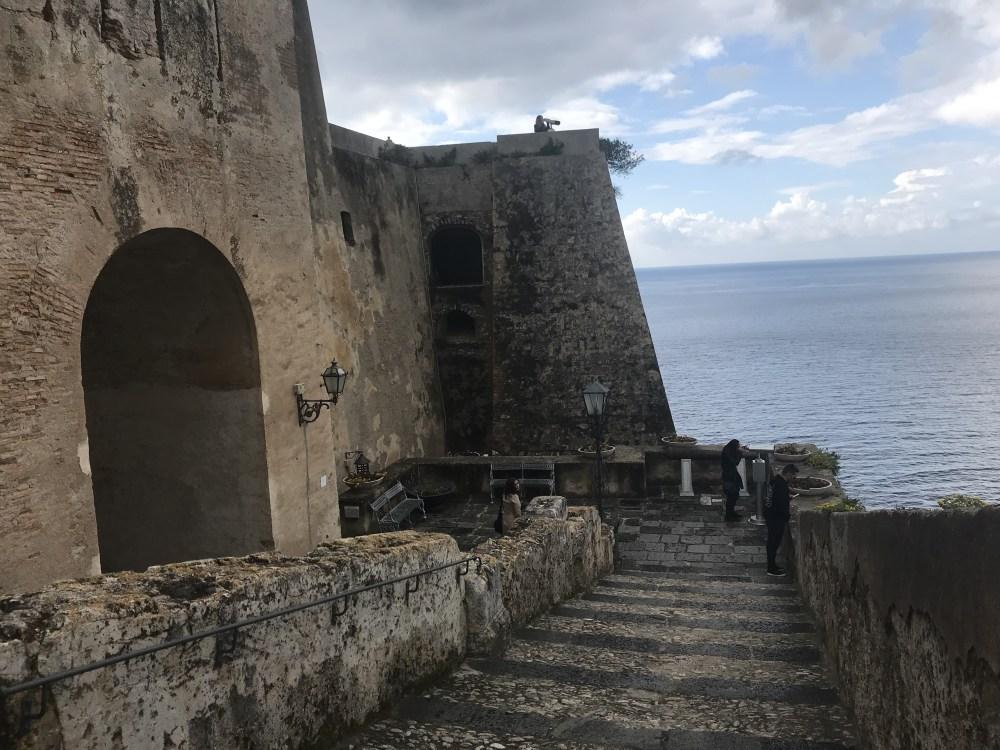 A estrutura do Castelo Ruffo de Scilla, Calábria