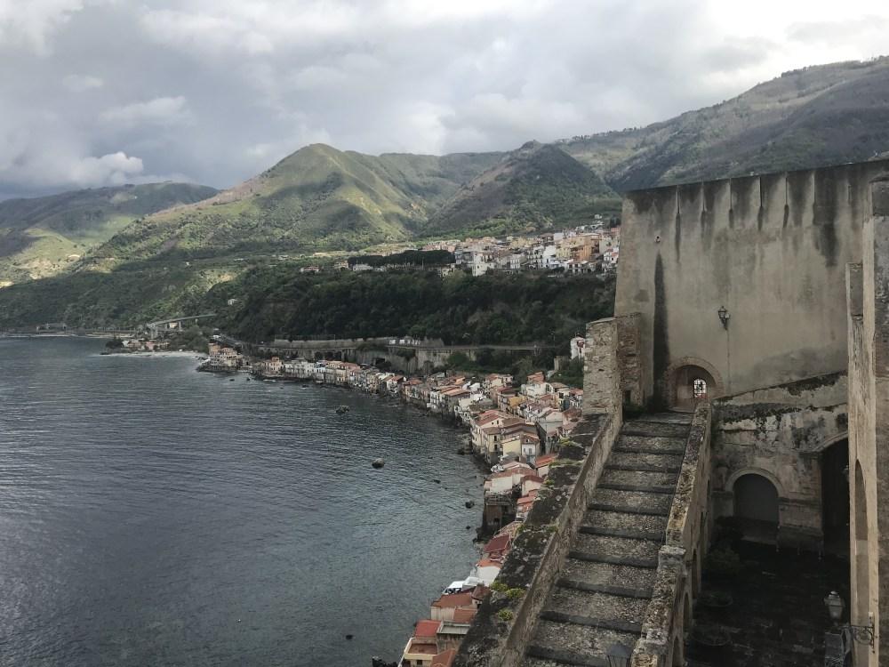 Mais da vista do Castello Rufo para a cidade de Scilla