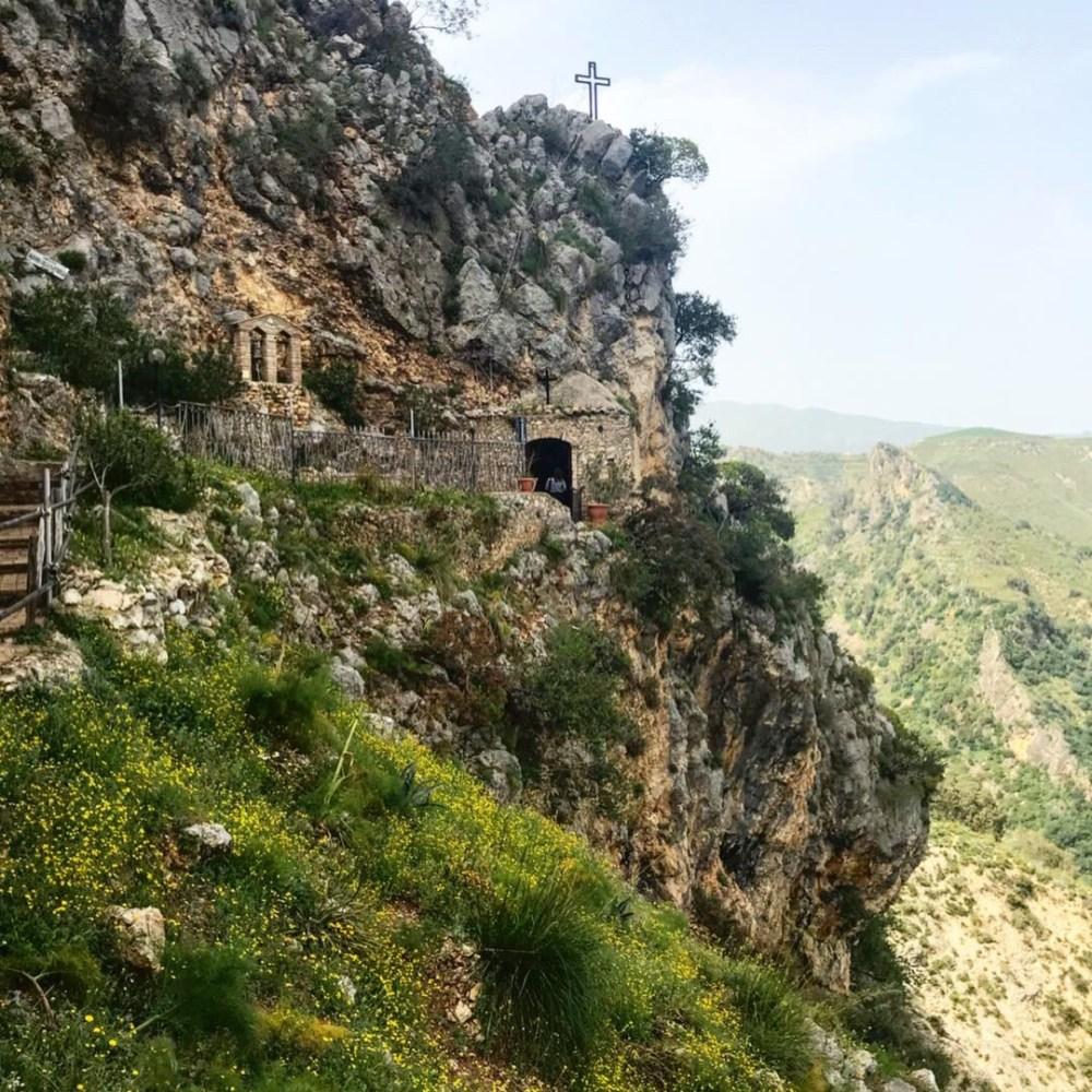 A capela situada em uma gruta para retiro dos monges de Stilo, na Calábria