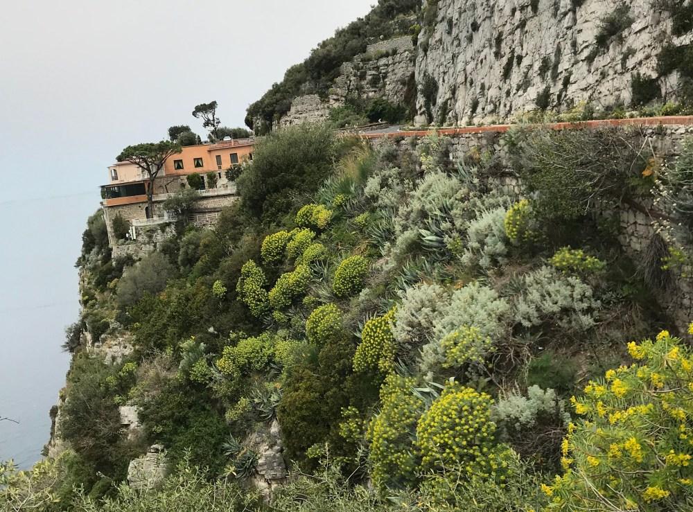 Os barrancos com casas estão entre os grandes destaques