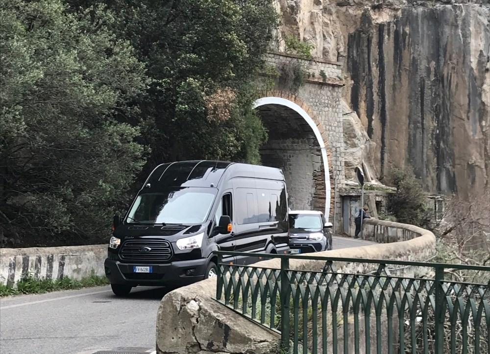 A estreita estrada da Costa Amalfitana, Itália