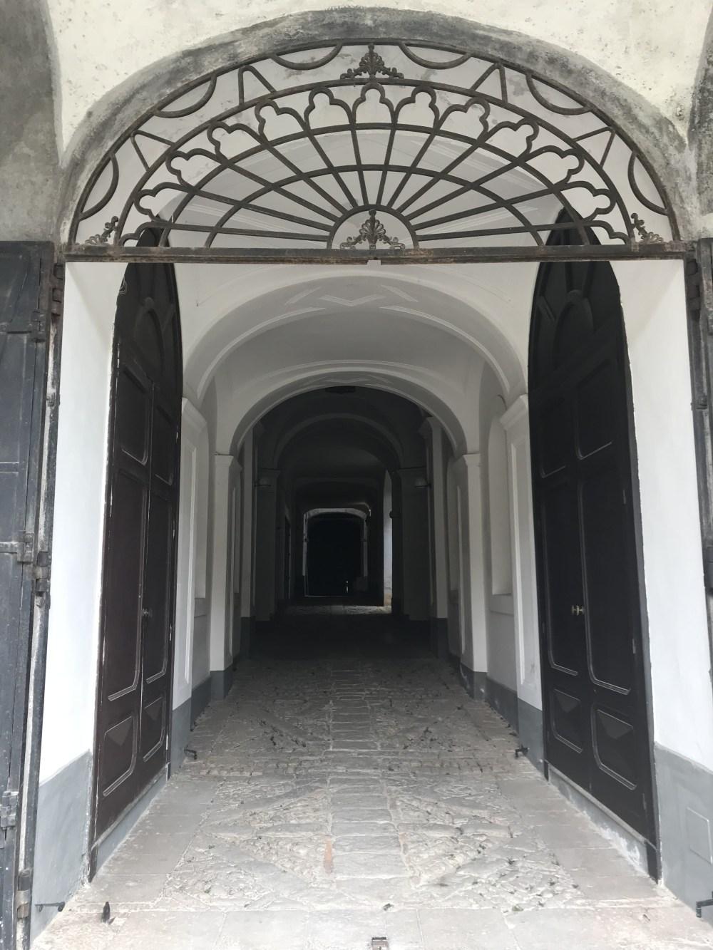 A sólida porta do Castello de Teggiano e seu corredor frio que nos deram medo na noite de chegada