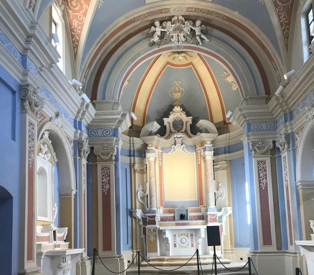 Em Gerace, na Calábria, vemos igrejas em restauro ou extremamente cuidadas
