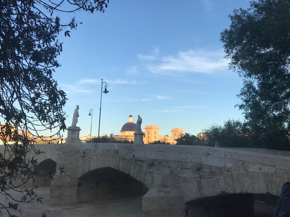O Turia é atravessado por lindas pontes e cercado de construções que adoro