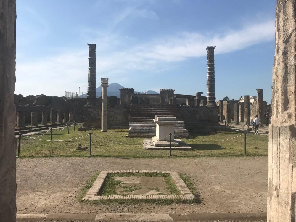 Diversas colunas romanas ainda preservadas em Pompeia