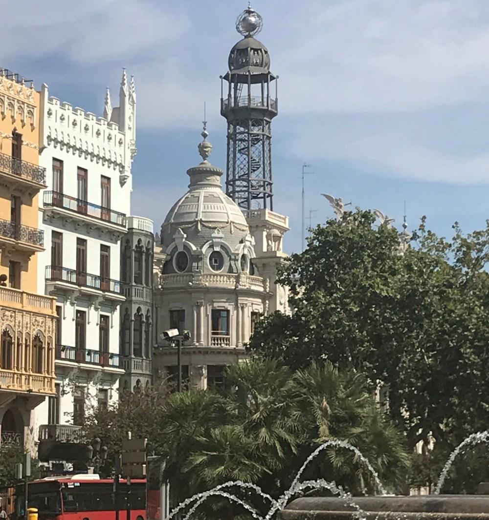 Uma dica para ver Valencia: olhe sempre para os detalhes em cima dos prédios