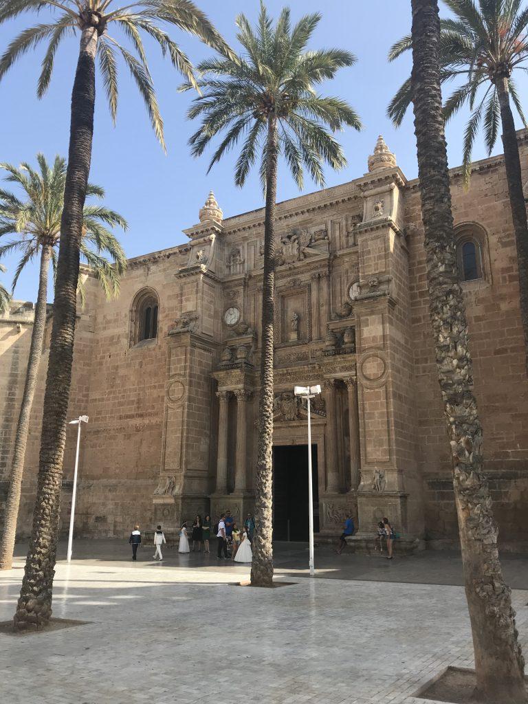 A praça da Catedral de Almeria é um local encantador pela arquitetura tão diferente