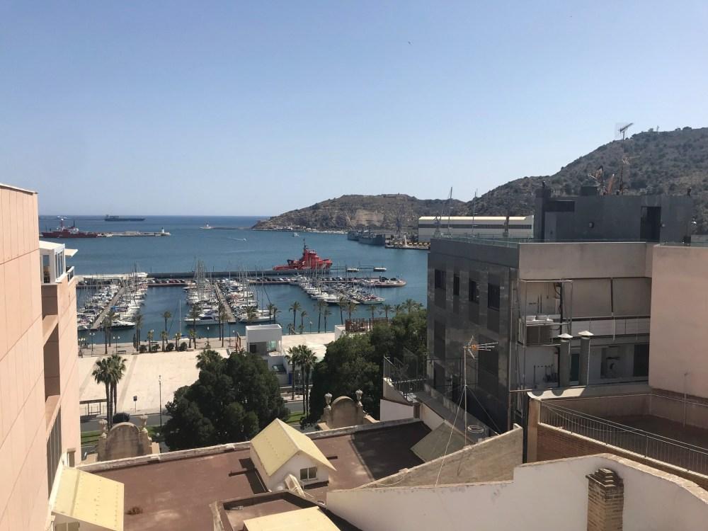 O porto de Cartagena da Espanha visto do Anfiteatro Romano