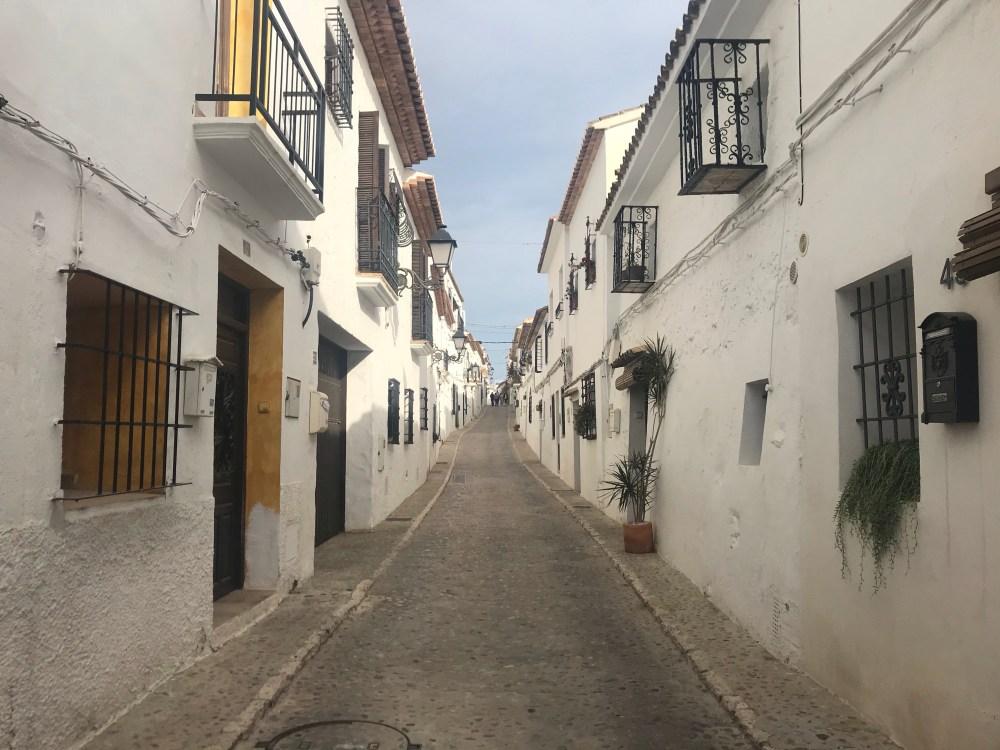Pelas ruas de Altea, pueblo branco de Valencia