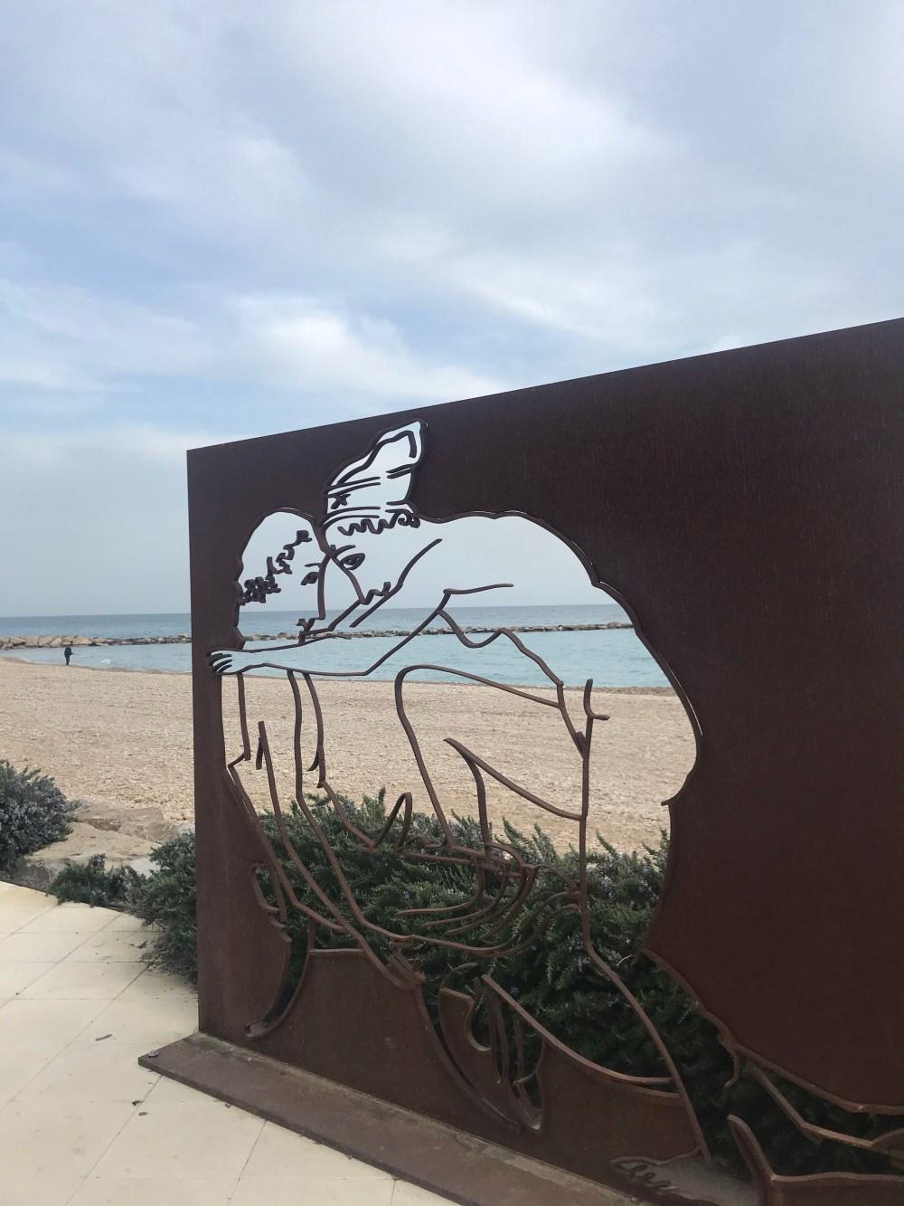 Esculturas à beira mar na praia de Altea