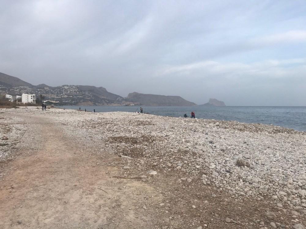 A água é clarinha na praia de Olla, mas como era inverno não dá pra conferir na foto