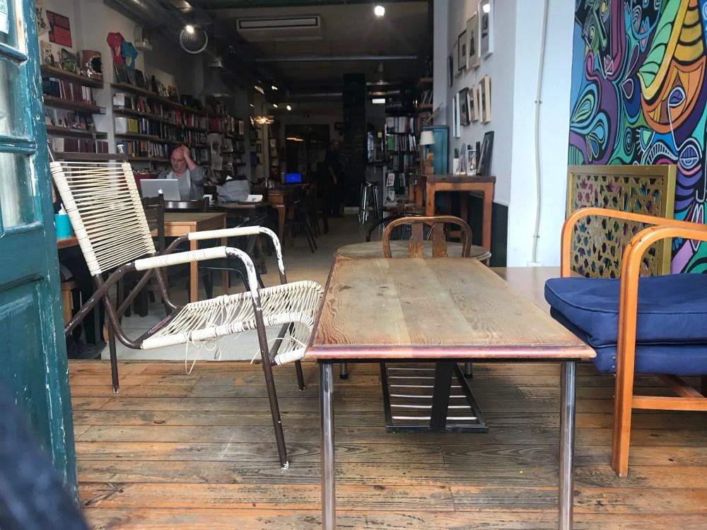 Ubik café oferece o ambiente mais diferente de toda Russafa, Valencia