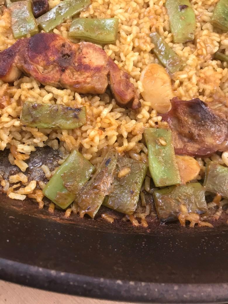 Aprenda como preparar a verdadeira paella valenciana. Todas as dicas e o passo a passo para cozinhar paella! Aprenda a receita local de paella!