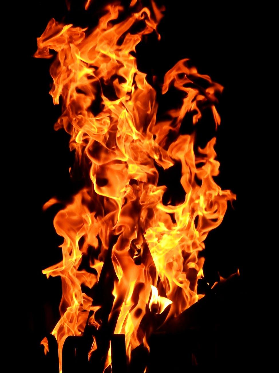 O fogo é um elemento importante nos rituais milenares de solstício de verão
