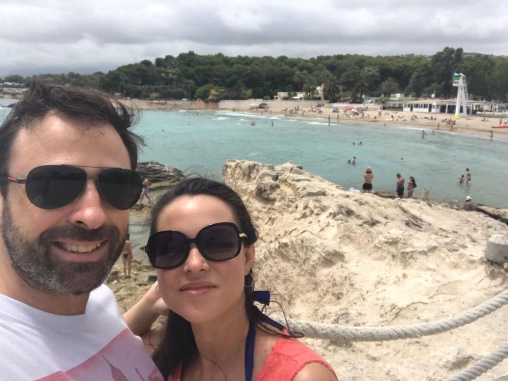 Um dos lugares que vale contemplar a cor do mar é a Playa de l'Ampolla, em Moraira, Alicante. Essa é uma das dicas do blog para você curtir as praias de Moraira e diversas calas da Costa Blanca! Acesse o blog para conferir todas as dicas!