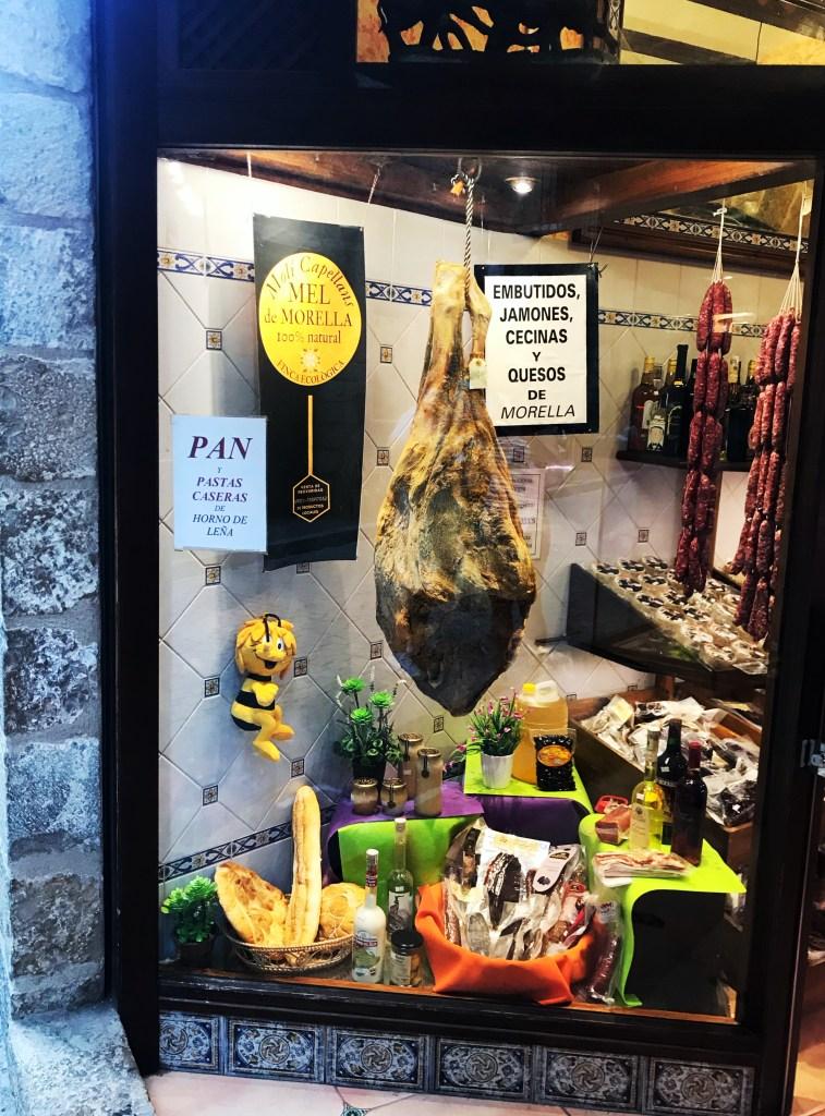 As patas e embutidos de Morella, na Espanha, expostos na vitrina de uma loja