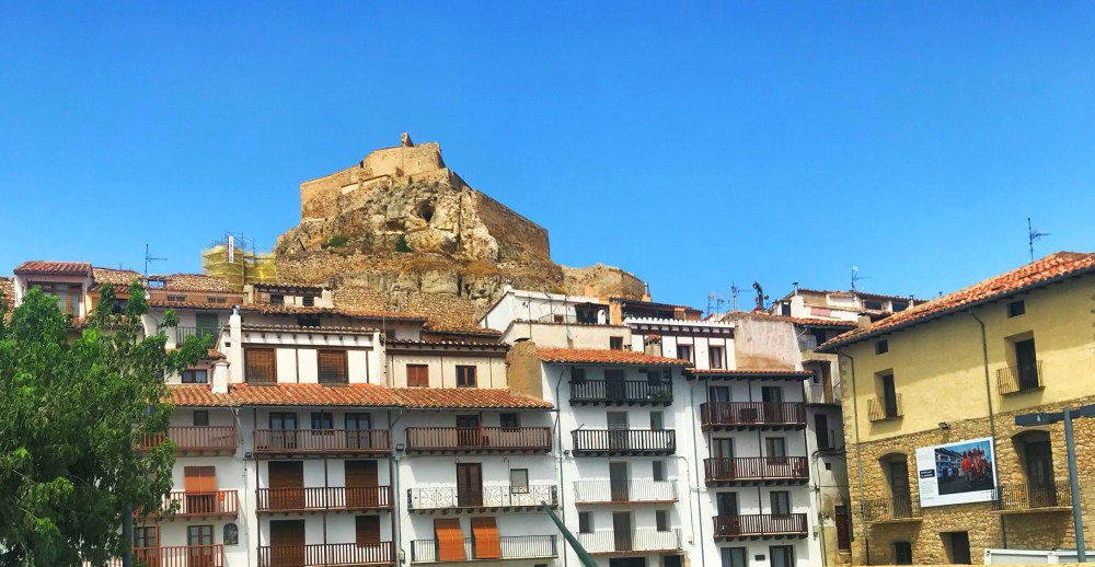 Castelo de Morella visto do centro da cidade com as casas o adornando