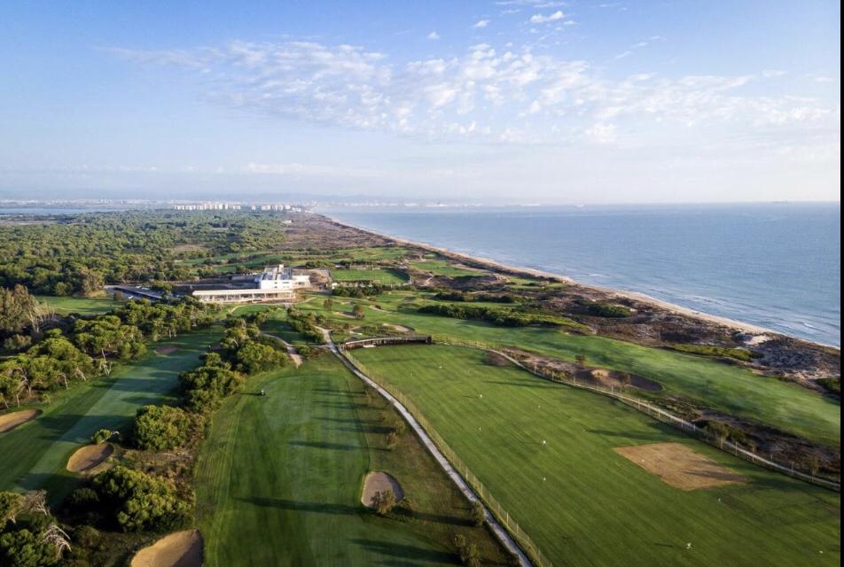 A vista aérea do Parador Campo de Golfe El Saler, com os campos para jogar e toda a estrutura pertinho da praia | Foto: Booking